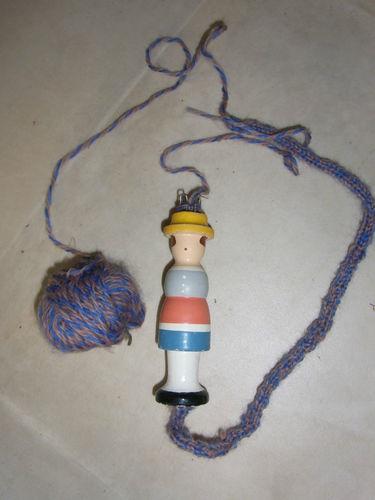 altes Strickliesel 11,5cm hoch mit Wolle